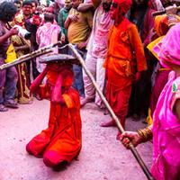 यहां लाठियों से पिटते हैं पुरुष :लठमार होली ! (Men are beaten by sticks here: Lathmar Holi! )